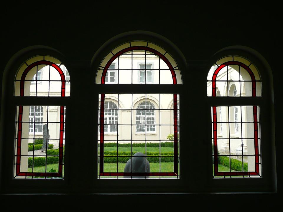Blick auf den Innenhof eines Klosters